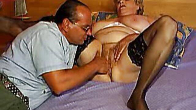 a metiendole la mano por el culo ella le encanta en la espalda