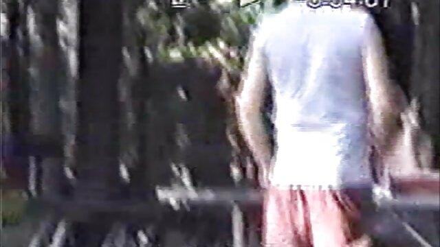 Esposa gordita se corre mientras le mete un colegiala follada por el ano puño en el culo