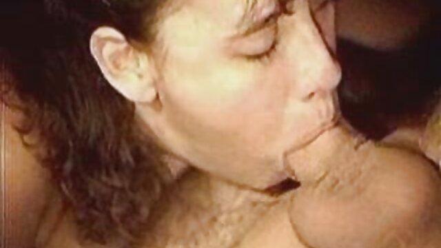 Adolescente sexy con pezones hinchados es petardas por el ano follada duro