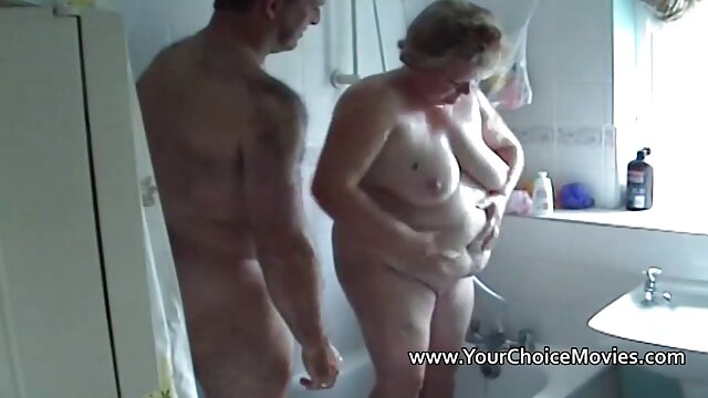 Rubia sexo casero por el ano tetona lo toma en sus dos agujeros de polla y consolador