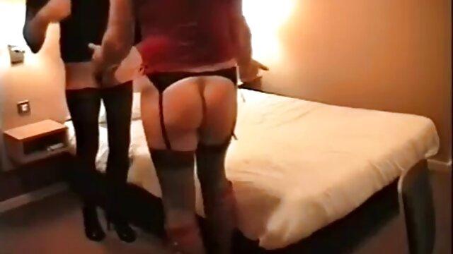 Grande xxx videos por el ano tetas hottie masturbándose en el sofá