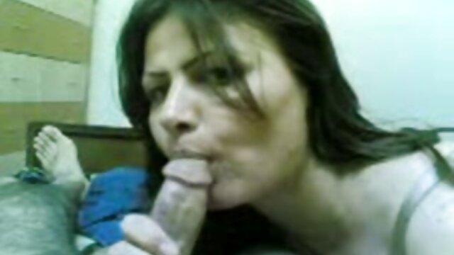 Masturbándose Emma mano por el culo 1